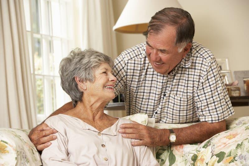Przechodzić na emeryturę Starszy pary obsiadanie Na kanapie W Domu Wpólnie fotografia royalty free
