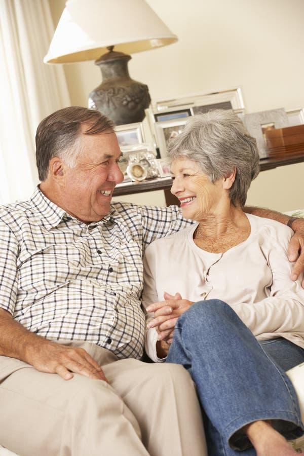 Przechodzić na emeryturę Starszy pary obsiadanie Na kanapie W Domu Wpólnie zdjęcie royalty free