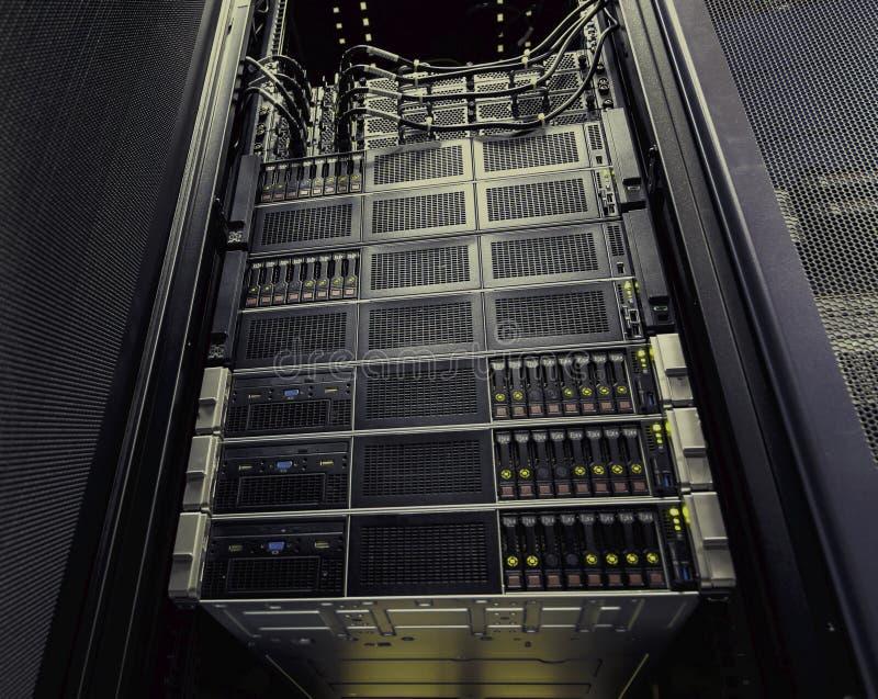 Przechowywanie na dysku w rzędzie superkomputeru centrum danych dolnego widoku brązu tonowanie fotografia royalty free