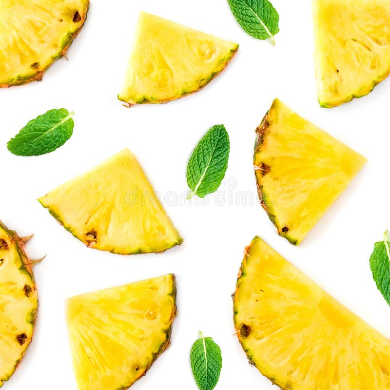 przecięcie ananasy Ananasowi kawałki z zieleni mennicą l fotografia royalty free