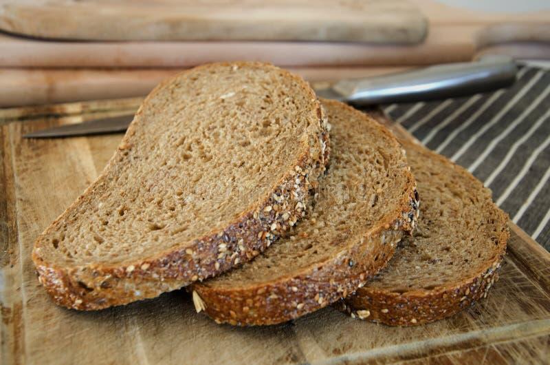 Download Przecięcie chleb obraz stock. Obraz złożonej z przecinanie - 53787093