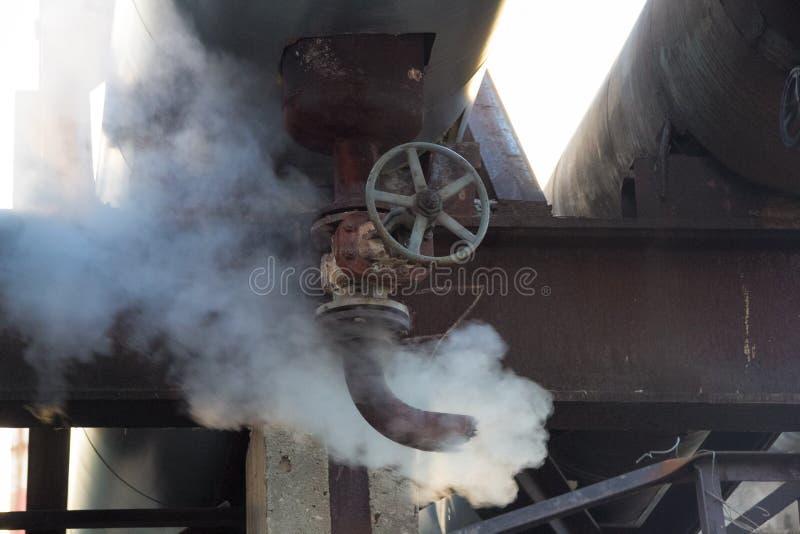 Przeciek kontrpara w upału rurociąg Parowy prześciganie od ośniedziałej tubki z klapą zdjęcie stock
