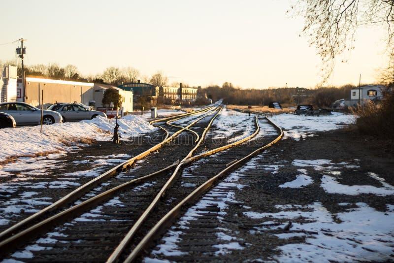 Przecinać linie kolejowe z śnieżnym sprawozdaniem troszkę obraz stock