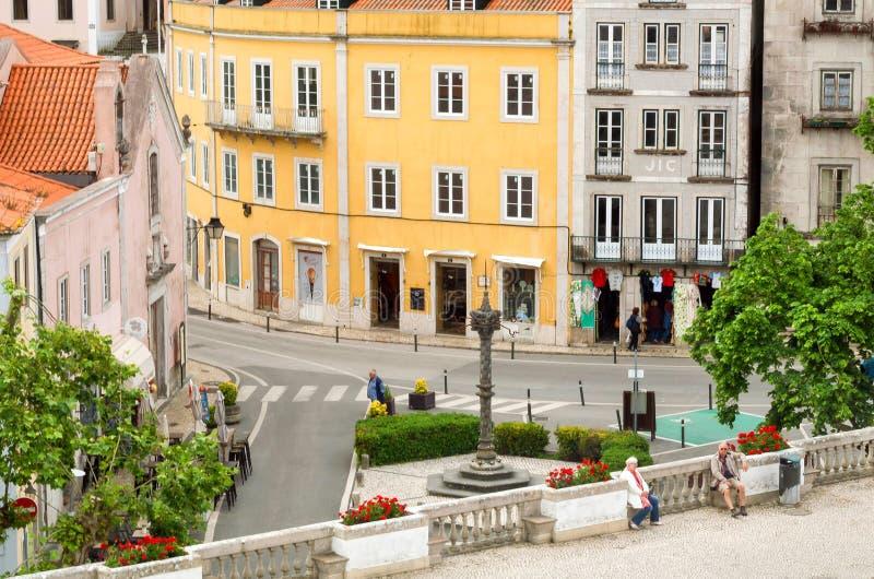 Przecinające ulicy z ludźmi chodzi wokoło dziejowego miasta obrazy royalty free