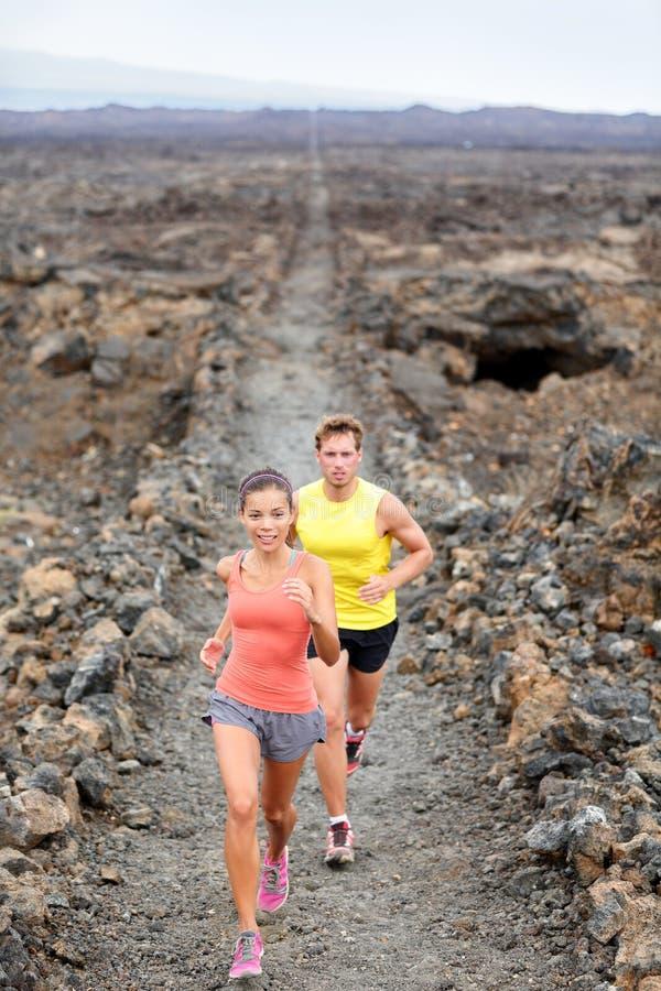 Przecinającego kraju działająca kobieta i mężczyzna wlec biegaczów zdjęcie stock