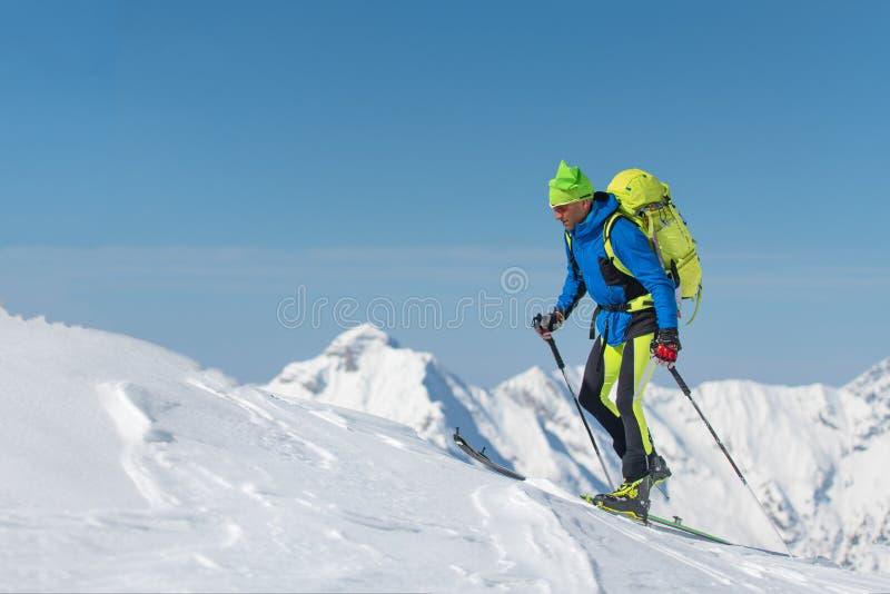 Przecinającego kraju narciarstwa mężczyzna samotnie w kierunku góry obraz stock