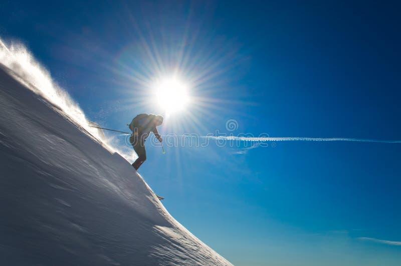 Przecinającego kraju narciarstwo podczas spadku w głębokim śniegu obraz stock