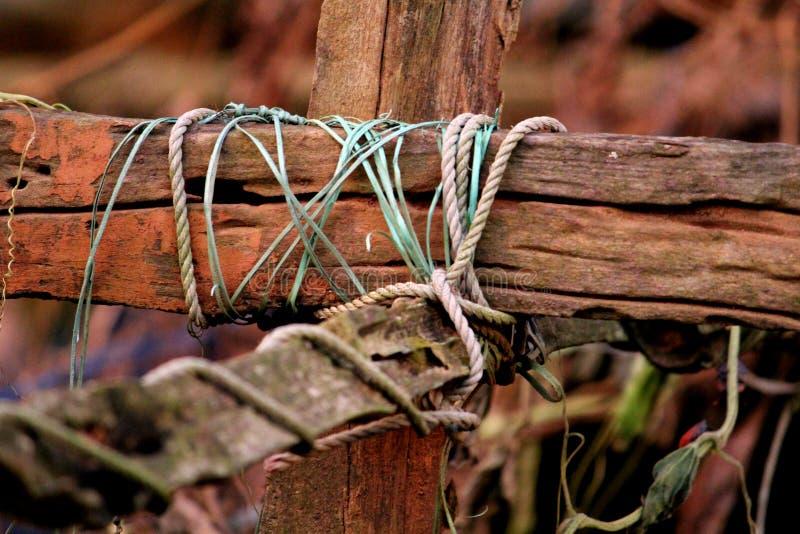 Przecinający podobny niewolnictwo arkany na drewnie zdjęcia stock
