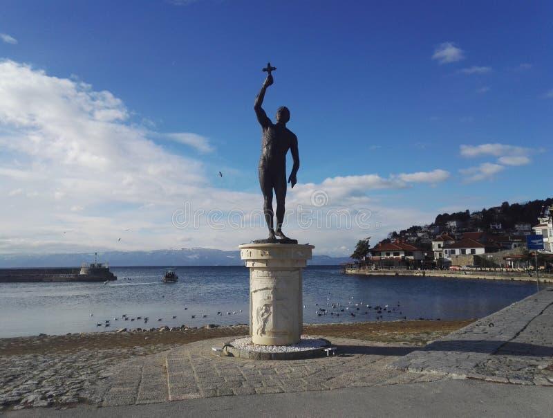Przecinający zabytek w Ohrid plaży, republika Północny Macedonia obraz stock