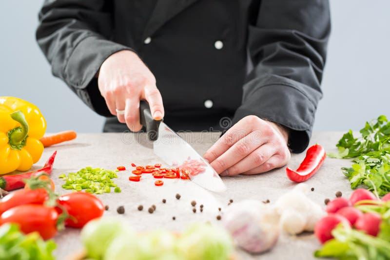 Przecinanie, ciapanie i obieranie warzywa gotują zdjęcie stock