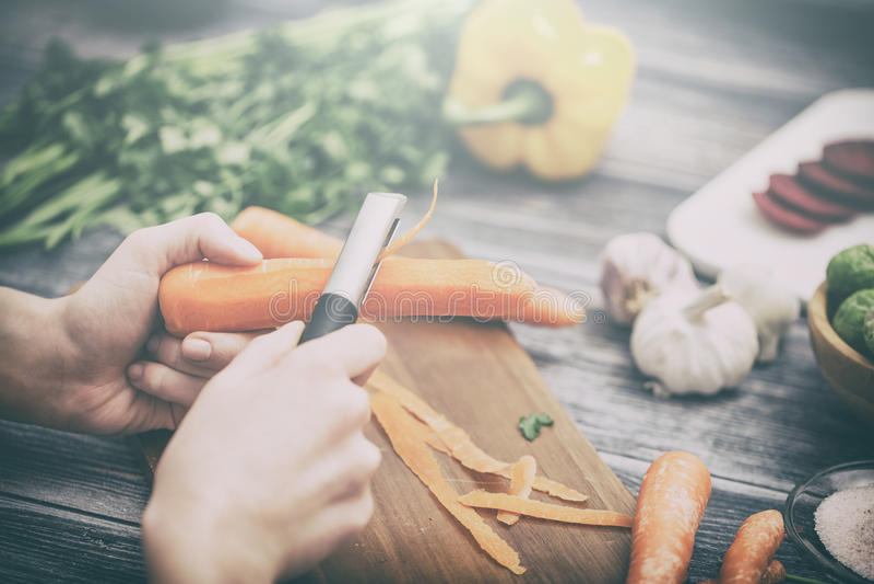 Przecinanie, ciapanie i obieranie warzywa gotują fotografia stock