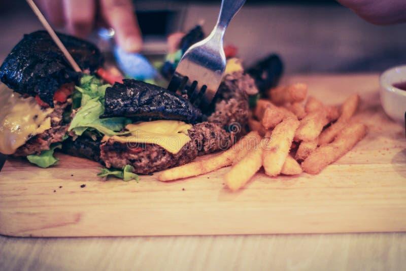 Przecinanie hamburger zdjęcie stock