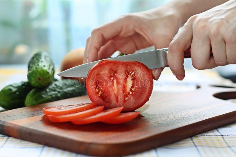 przecinanie pomidor obrazy stock