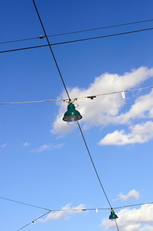 Download Przeciw Błękitny Chmurnym Lamp Nieba Ulicy Drutom Zdjęcie Stock - Obraz złożonej z city, niebo: 13326910