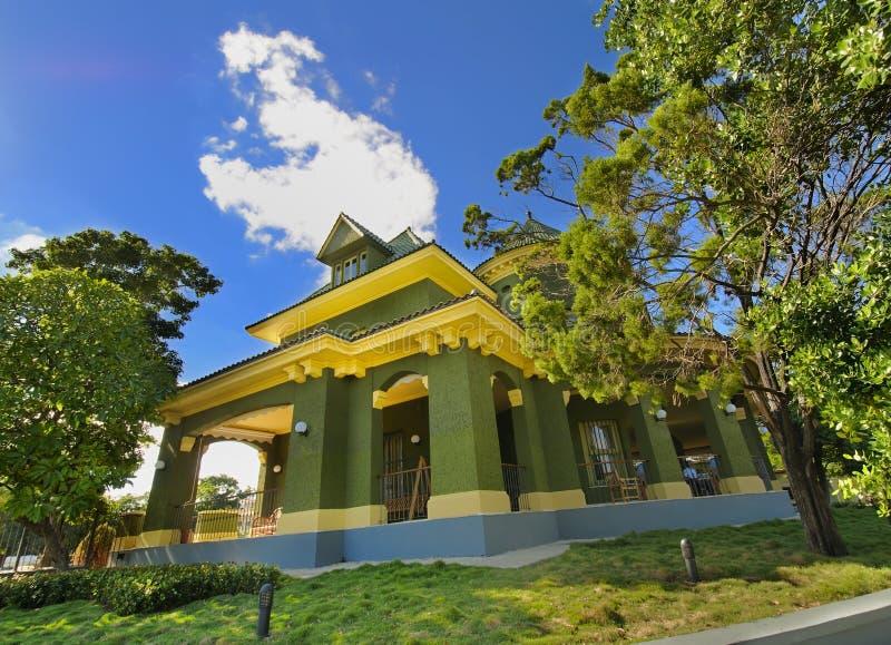 przeciw błękitny zielonego domu niebu tropikalnemu zdjęcie royalty free