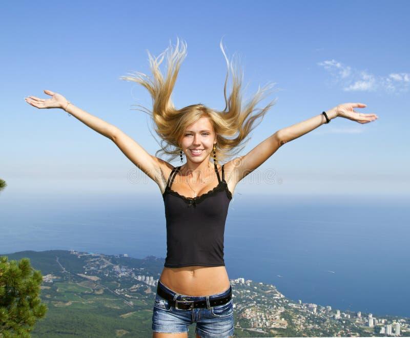 przeciw blondynki dziewczynie ręki podnosili obrazy stock
