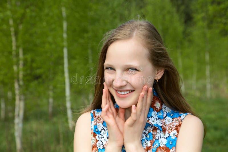 przeciw brzoz dziewczyny uśmiechu potomstwom zdjęcia royalty free