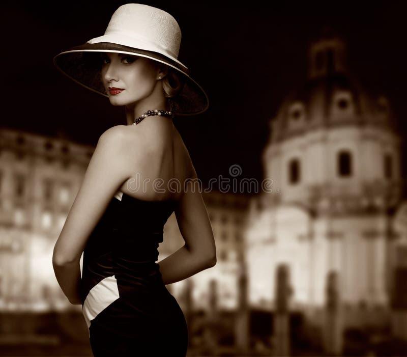 przeciw miasta kapeluszowej noc widok kobiecie zdjęcia royalty free