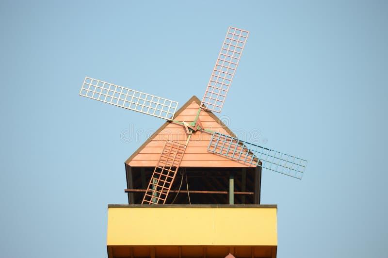 przeciw niebieskie niebo wiatraczkowi obrazy stock