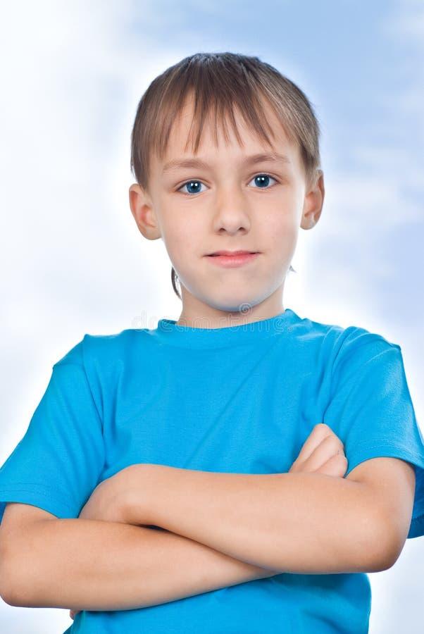 Przeciw niebu chłopiec stojak fotografia royalty free
