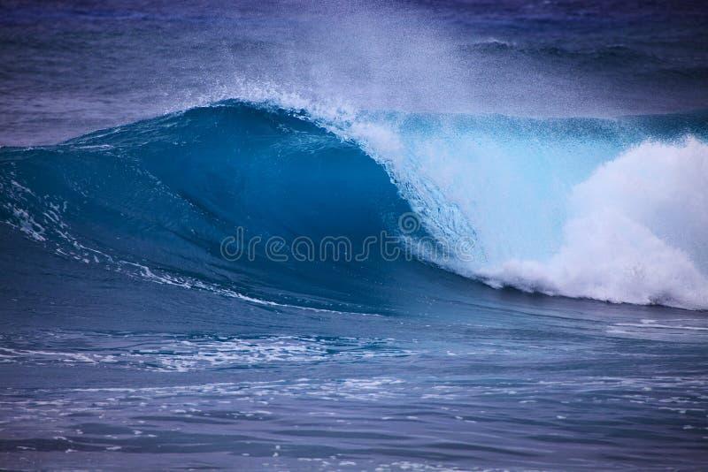 przeciw Oahu brzeg burzy kipieli przypływom fotografia royalty free