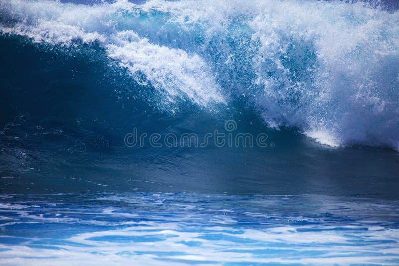 przeciw Oahu brzeg burzy kipieli przypływom obraz stock