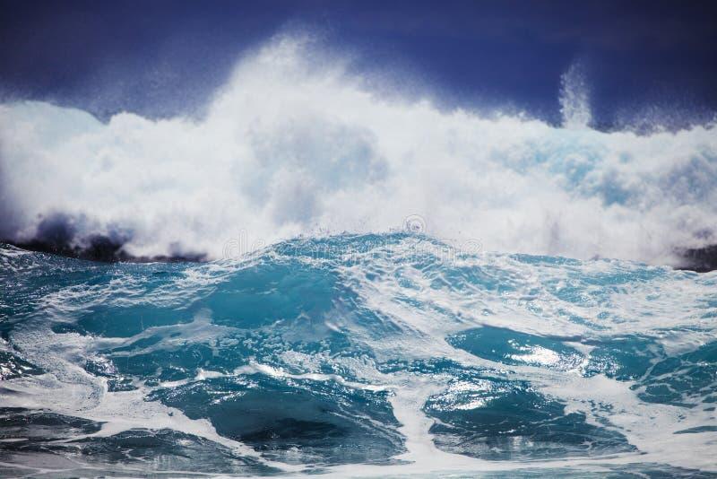 przeciw Oahu brzeg burzy kipieli przypływom fotografia stock