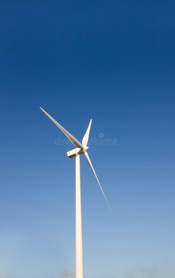 przeciw ostrzy niebieskiego nieba turbina wiatrowi fotografia stock