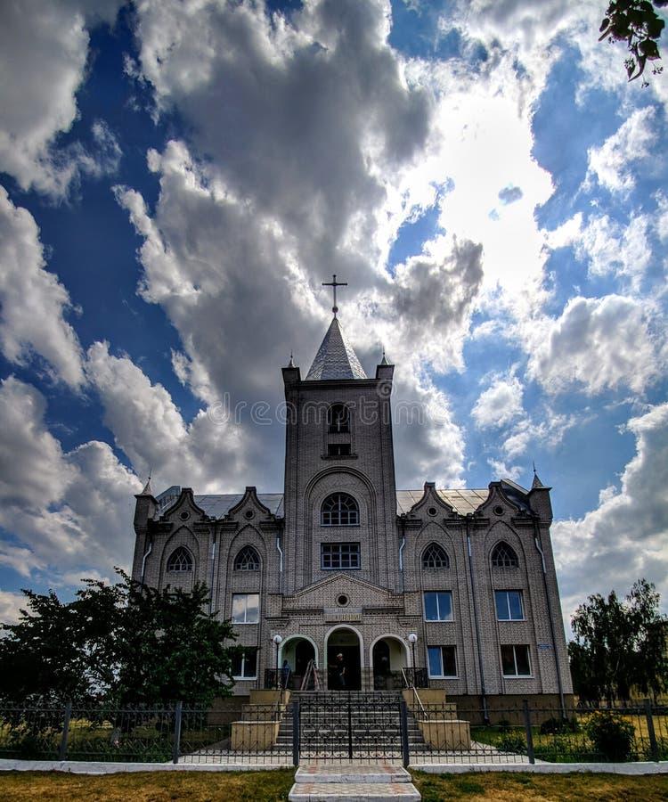 przeciw patrzejącemu kościół krzyżowi dachowy niebo obrazy stock
