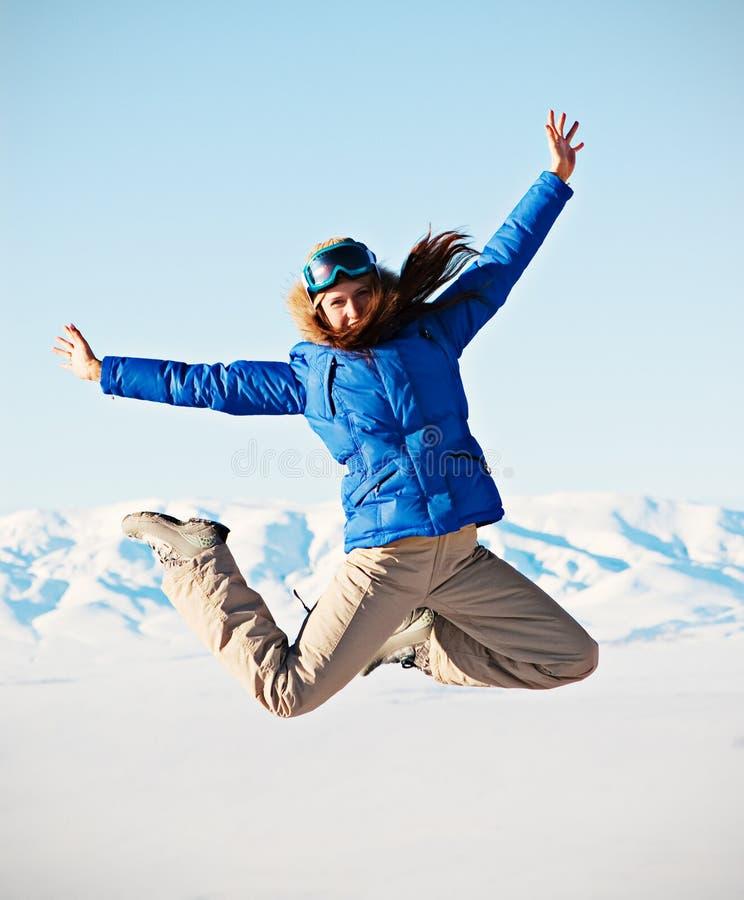 Przeciw Skokowych Gór śnieżnej Kobiecie Zdjęcia Royalty Free