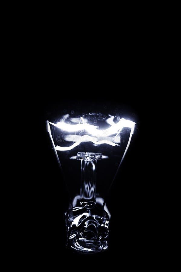 przeciw tła czerń żarówki światłu zdjęcia royalty free