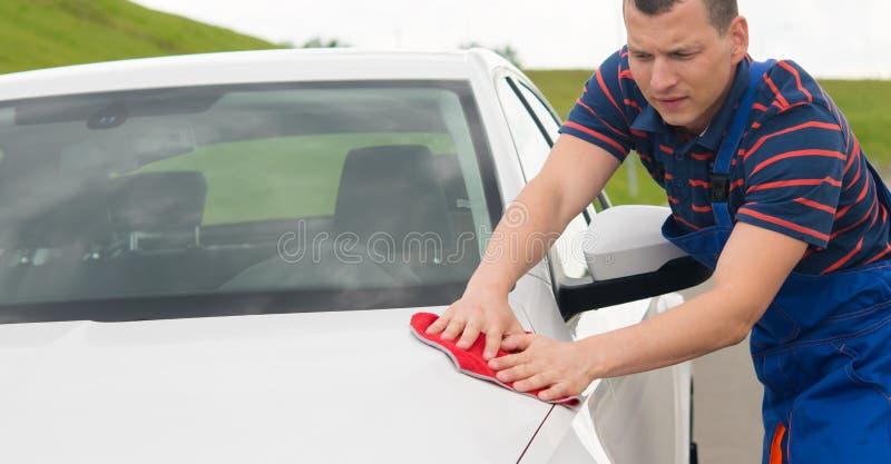 Przeciw tłu natura, wytarcia samochód z czerwień łachmanem zdjęcie stock