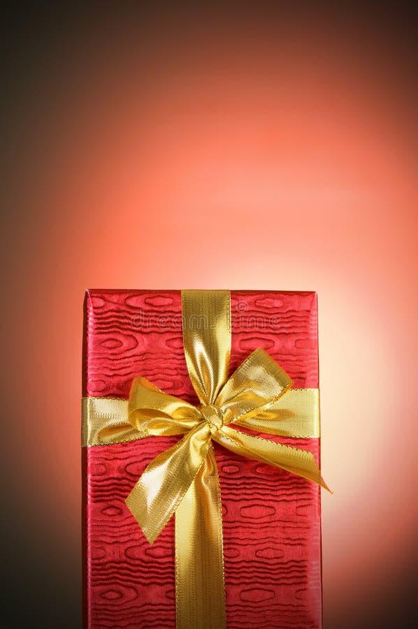 Download Przeciw Tłu Prezenta Pudełko Zdjęcie Stock - Obraz złożonej z łęk, christmas: 13336396