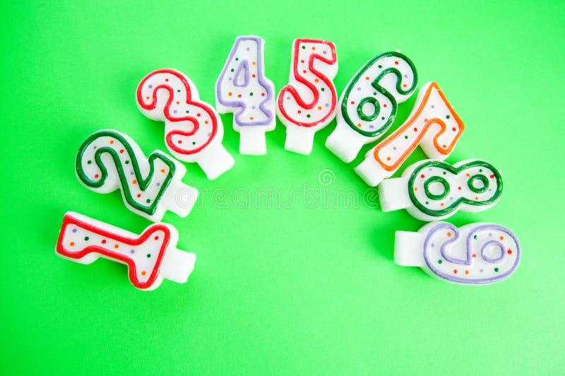 Download Przeciw Tłu Urodzinowe świeczki Obraz Stock - Obraz złożonej z pięć, barwiony: 13336835