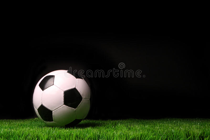 przeciw trawy balowej czarny piłce nożnej
