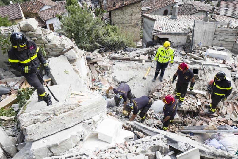 Przeciwawaryjni pracownicy w trzęsienie ziemi szkodzie, Pescara Del Tronto, Włochy fotografia royalty free