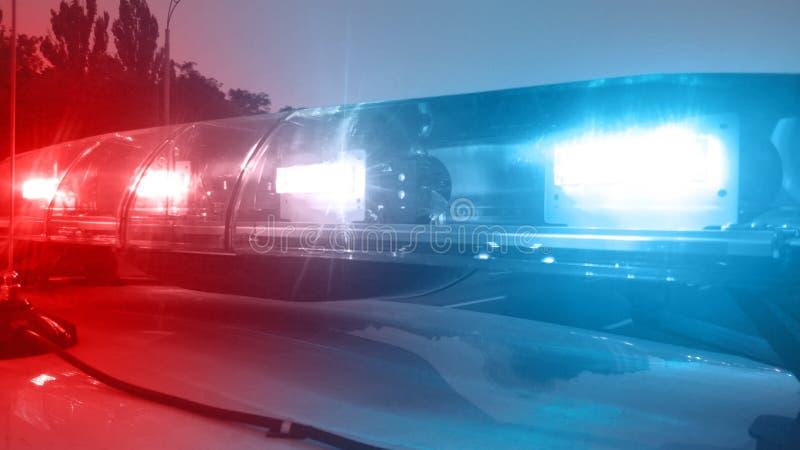 Przeciwawaryjny pojazd zaświeca błysnąć, samochód policyjny sprawdza miasto, służba bezpieczeńśtwa zdjęcia royalty free