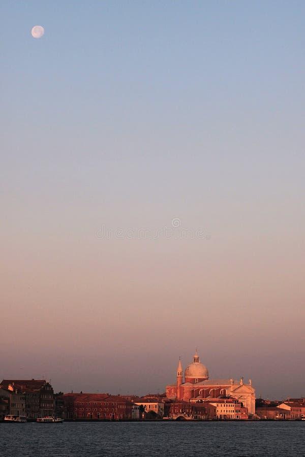 Przeciwieństwa przyciąganie księżyc i odkupiciel - fotografia royalty free