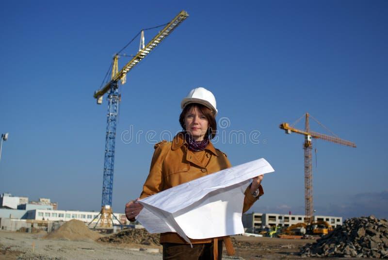 przeciwko architektów projektów żurawiom trzyma kobietę zdjęcia royalty free
