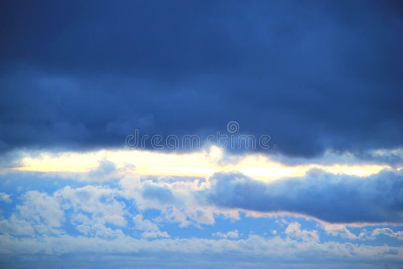 przeciwko błękitnemu chmury niebo fotografia royalty free