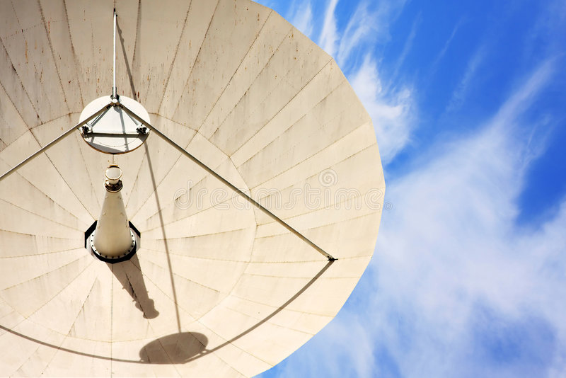 przeciwko błękitnemu statku chmurnemu satelity niebo zdjęcie royalty free
