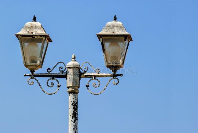 przeciwko lampionu niebo obraz stock