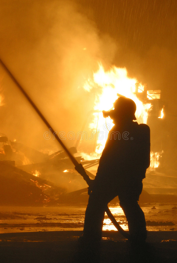 przeciwko strażakowi sylwetki płomieni fotografia royalty free