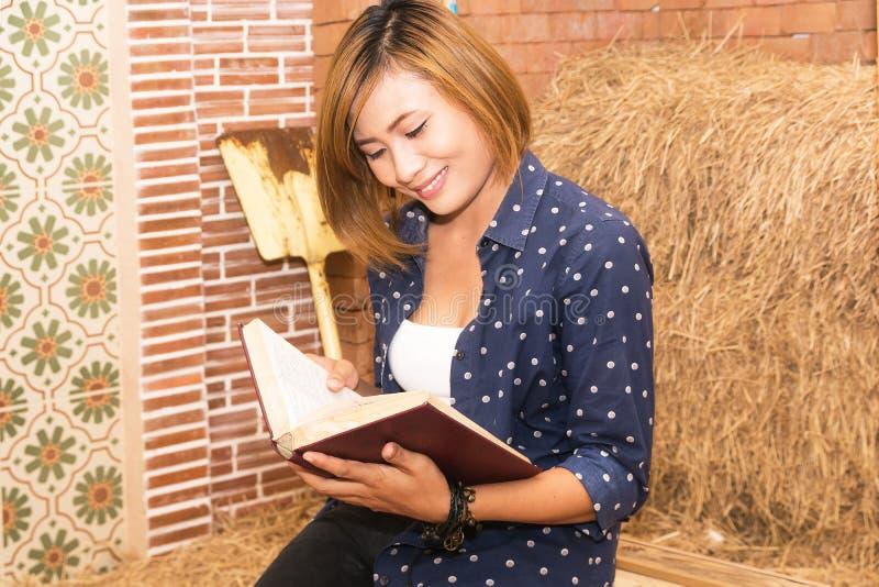przeczytaj książkę kobiety obrazy royalty free