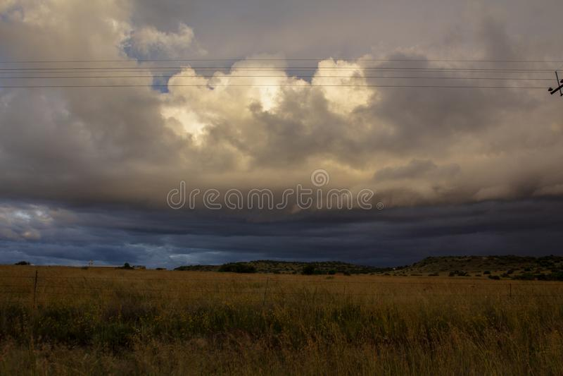Przed burzą - ciężkie chmury nad równina obrazy royalty free