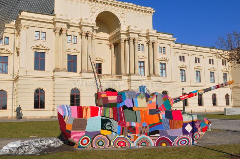 Przed militarnej historii muzeum w Drezdeńskim mieście tam jest colourfull pokoju zbiornik jako protest przeciw wojenny światowem zdjęcie royalty free