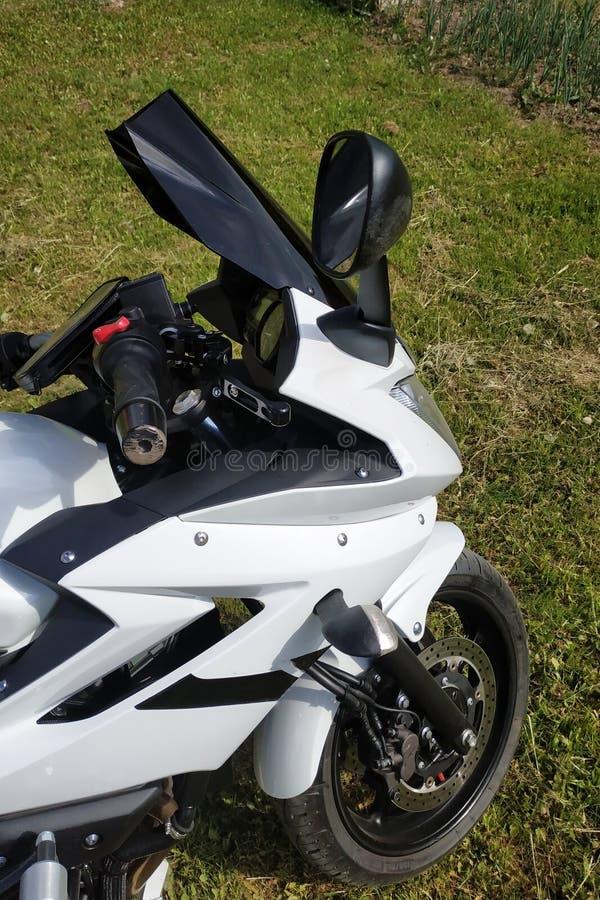 Przed motocyklem na w górę tła trawa zdjęcia stock