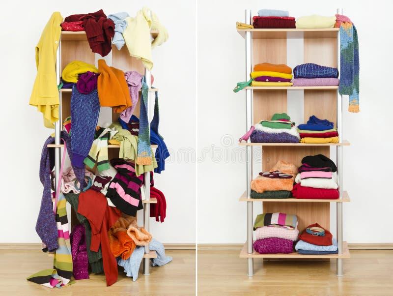 Przed nieporządnym i po tym jak schludna garderoba z kolorową zimą odzieżową i akcesoriami obrazy stock