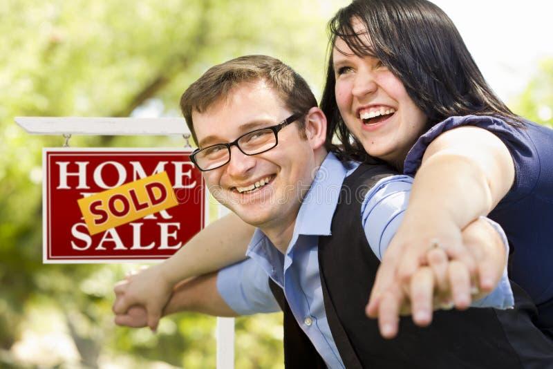 Przed Nieruchomość Sprzedającym Znakiem szczęśliwa Para obraz stock