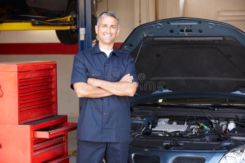 Przed samochodem mechanik pozycja obrazy stock